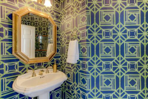navy-and-blue-wallpaper-latice-powder-room